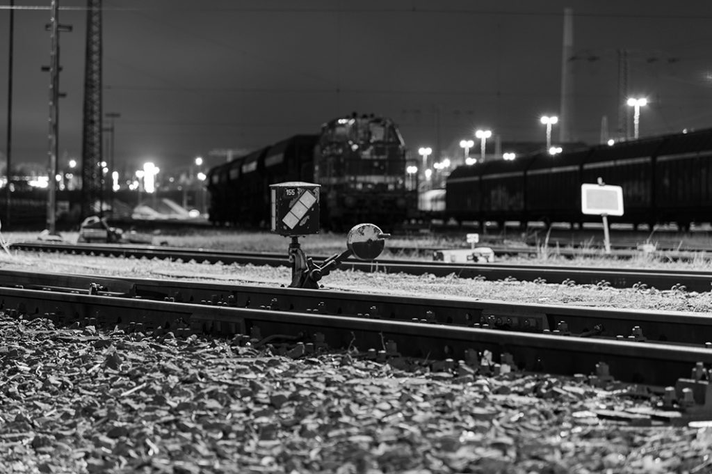 Fotografieren ohne Blitz - Bahnstrecke im Dunkeln