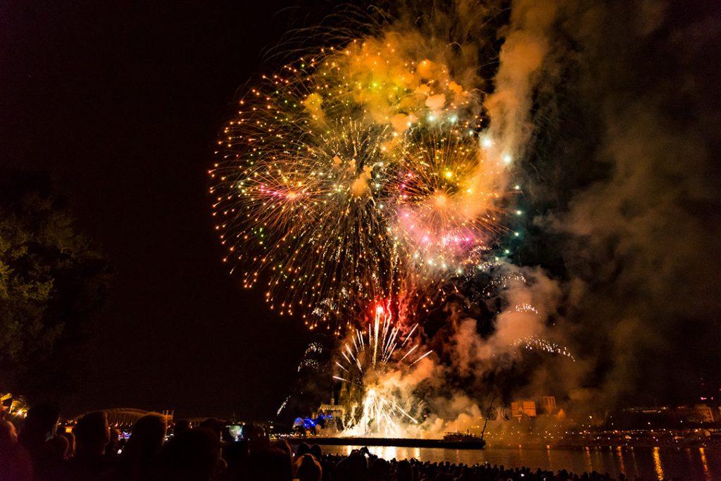Fotografieren ohne Blitz - Schnelle Bewegung beim Feuerwerk