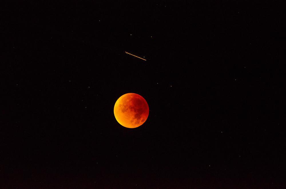 Supermond am Nachthimmel mit ISS