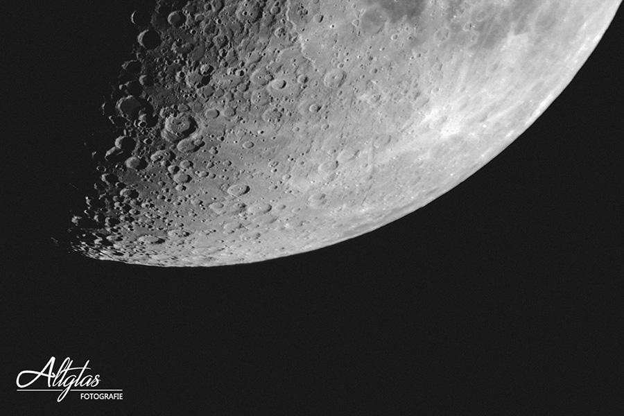 Mondfotografie - Halbmond im Anschnitt