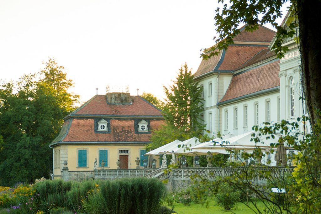 Die Seitenansicht des Schloss Fasanerie mit renovierter Fassade