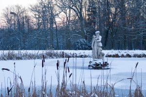 Der Teich mit der Statue vor dem Schloss