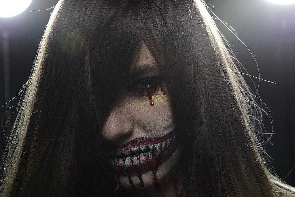 Model mit extremem Make-Up - Rohbild