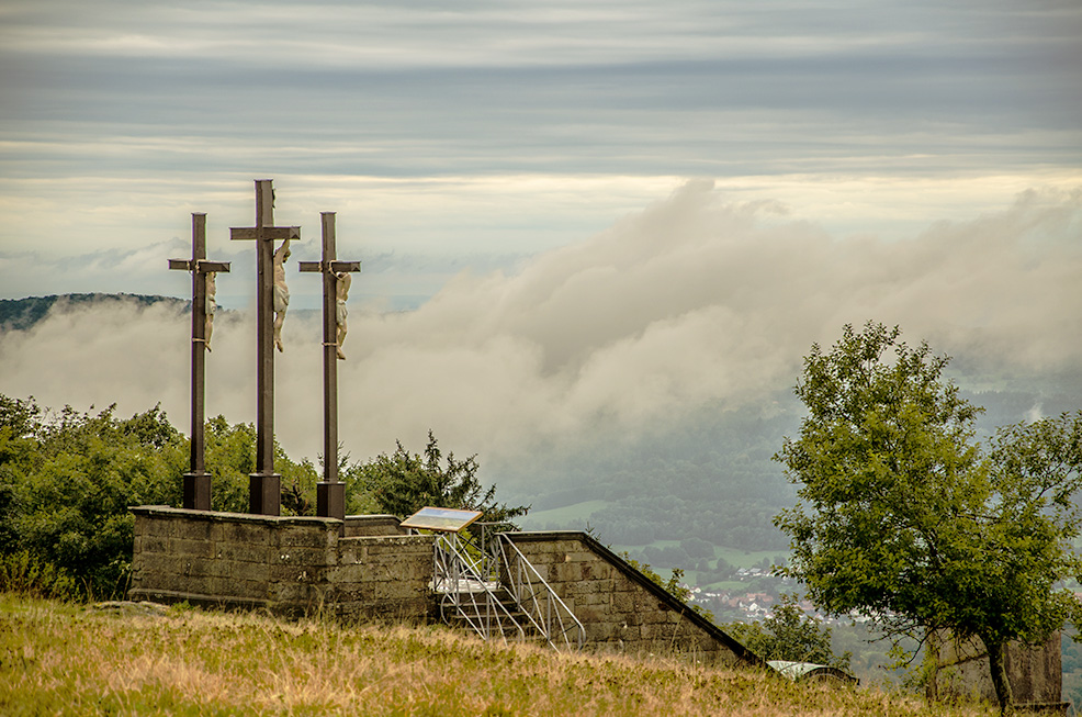 Fotografieren bei Nebel - Kreuze auf dem Berg